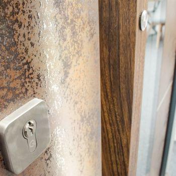 Drzwi ze spiekiem kwarcowym z bliska